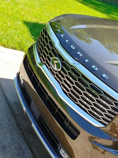 klexus badge emblem on front grille of kia telluride